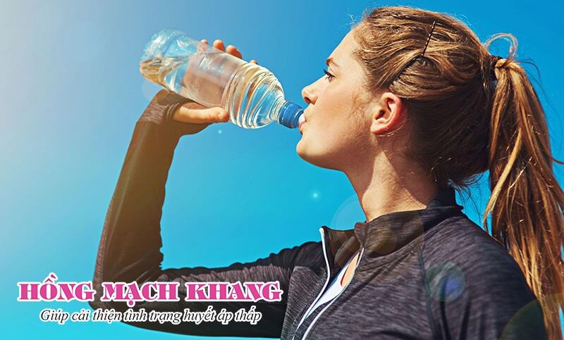 Người bệnh tụt huyết áp nên uống nhiều nước